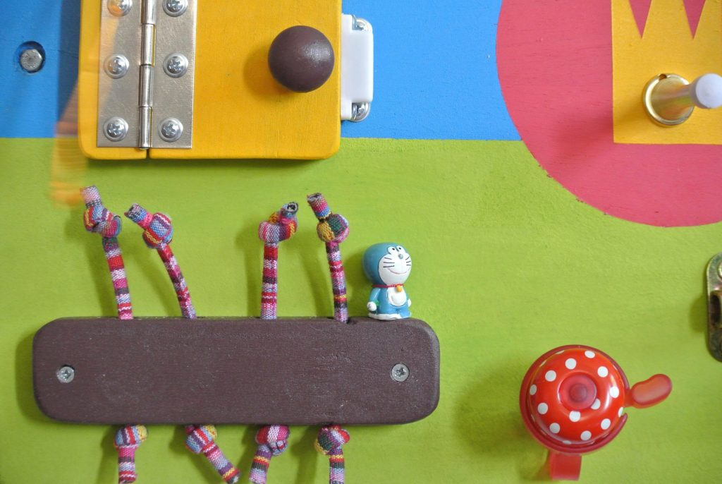 cute busyboard with the small toys for the one year old girl boy 忙板