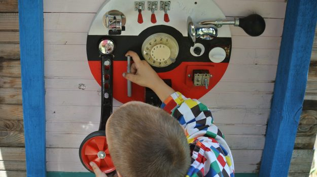 """ビジーボード 手工制作木制玩具BUSY板儿童感觉玩具精细运动自然学习. 바쁜 보드. """"幼児学習ボード 幼児ビジーボード 赤ちゃんの細かい運動能力を練習するための多機能教育玩具、それにより、赤ちゃんはより良い手と目の調整を行うことができます """""""