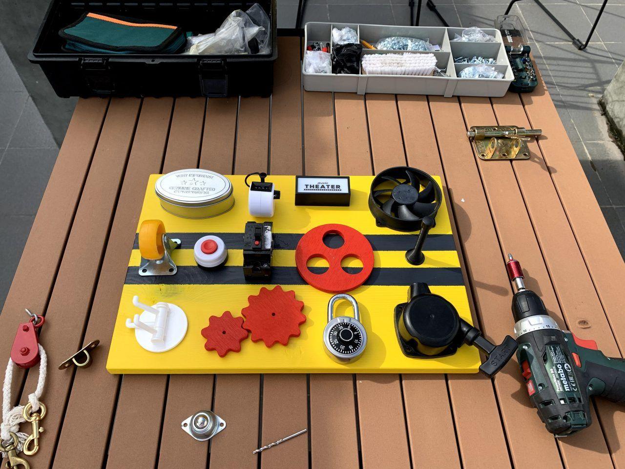 """making fidget board busy board sensory board educational DIY toy for big kid 忙板 ビジーボード """"幼児学習ボード 幼児ビジーボード 赤ちゃんの細かい運動能力を練習するための多機能教育玩具、それにより、赤ちゃんはより良い手と目の調整を行うことができます """" 바쁜 보드"""